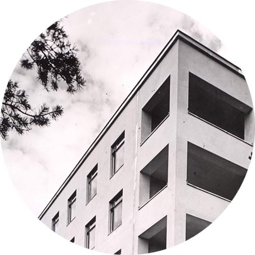 Yksityiskohta Invalidisäätiön päärakennuksesta Ruskeasuolla.
