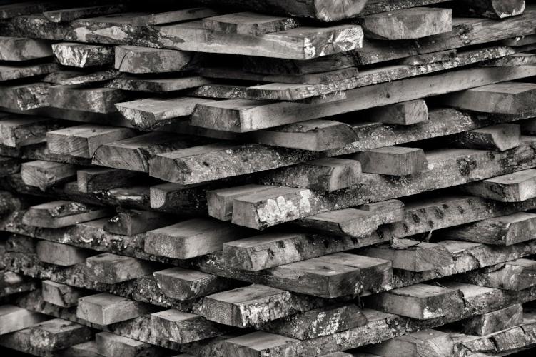 Valokuvaaja Harri Nurmisen mustavalkoinen kuva lankkupinosta.