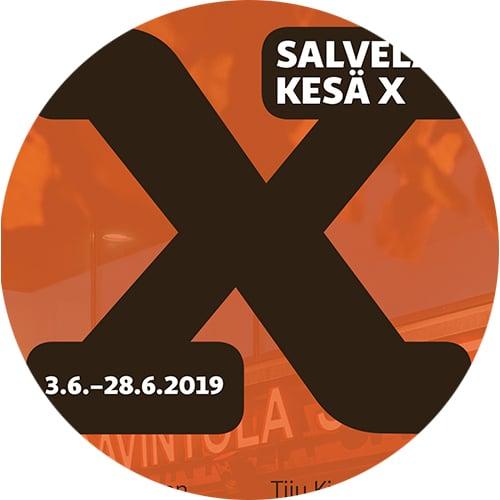 Yksityiskohta Salvelan kesä X'n (kesänäyttely) kutsukortista.