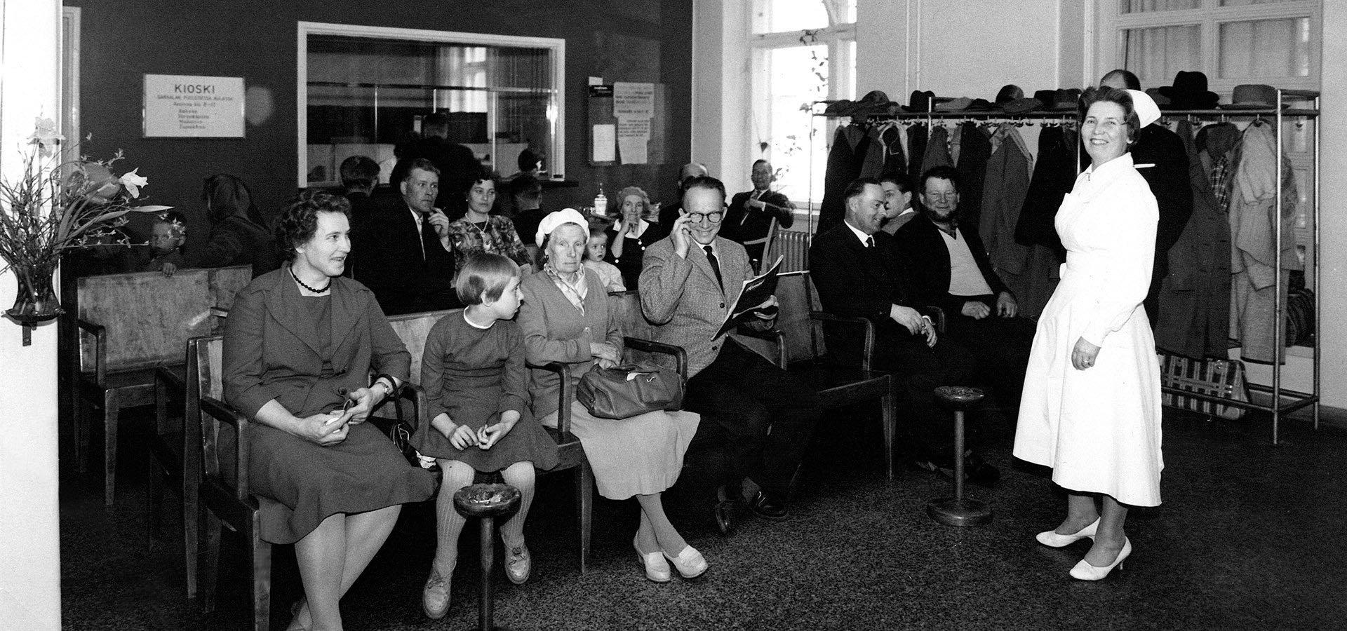 Invalidisäätiön pääaula Ruskeasuolla 1950-luvulta. Odotus tila täynnä lääkärin vastaanotolle meneviä potilaita.