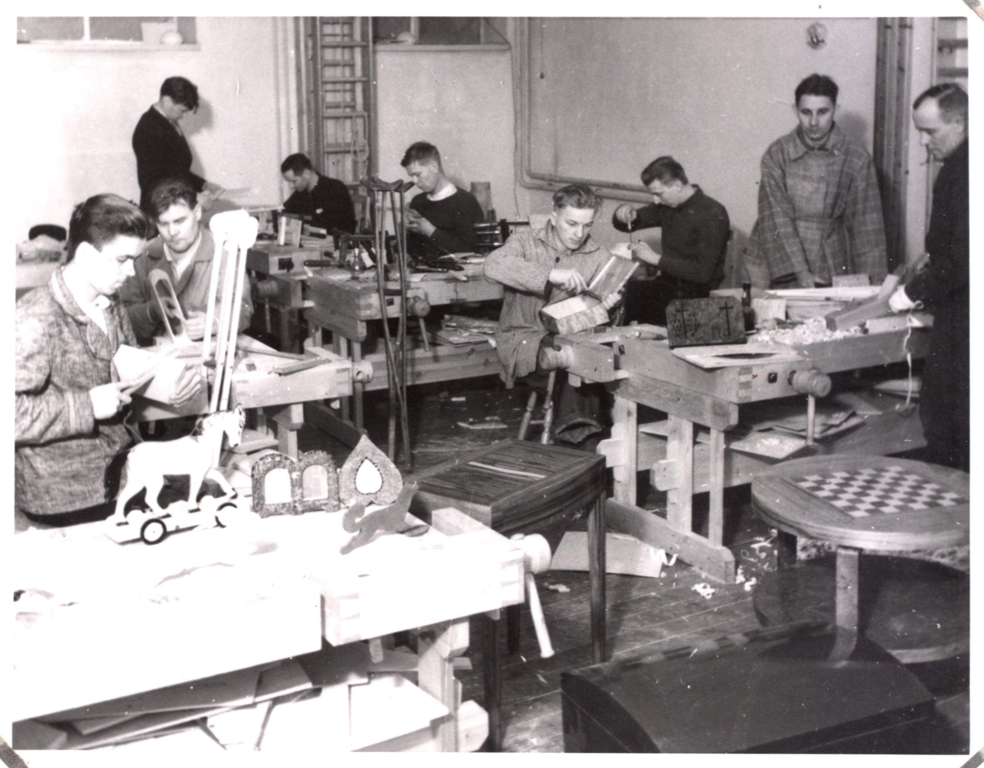 Kuntoutujia työtoiminnoissa arviolta 1940-luvulla.